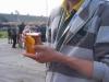 Wzorowy uczestnik Przeglądu - w ręku napój zeroprocentowy a na szyi informator, jaka to impreza